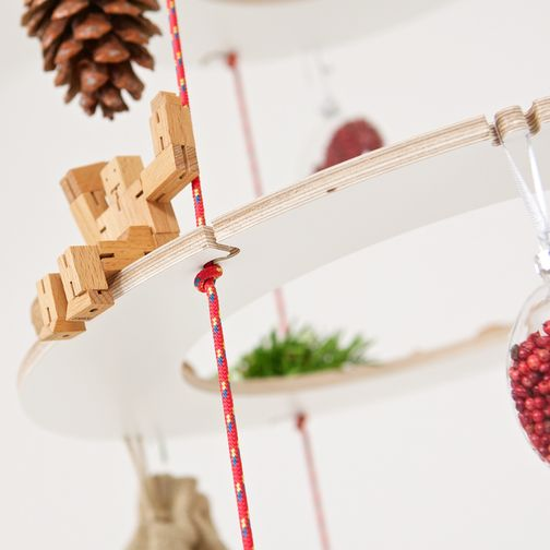 Resource-efficient Christmas tree made of plywood rings and knotted ropes. An alternative to the classic Christmas tree and also usable as an advent calendar. Detail with toy robot made of wood